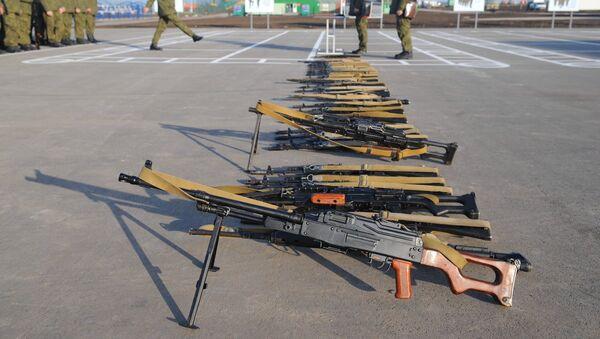 Unas a metralladoras PKM y otras armas - Sputnik Mundo