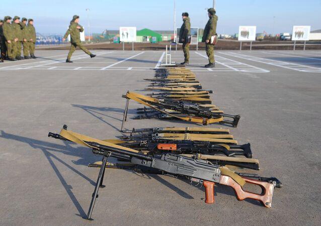 Unas a metralladoras PKM y otras armas