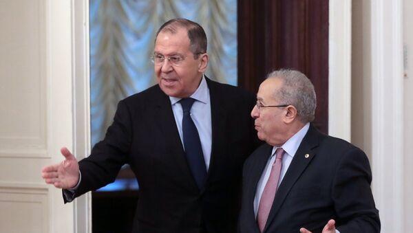 El ministro de Exteriores ruso, Serguéi Lavrov, y su par argelino, Ramtane Lamamra - Sputnik Mundo