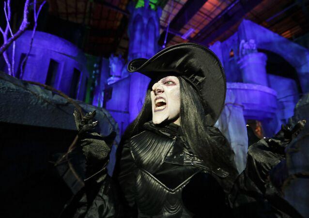 Una actriz disfrazada de bruja (archivo)
