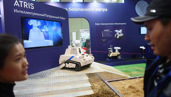 Un robot 'cazaterroristas' chino durante la exposición de seguridad Securika Moscow - Sputnik Mundo