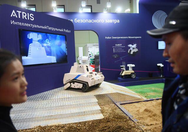 Un robot 'cazaterroristas' chino durante la exposición de seguridad Securika Moscow