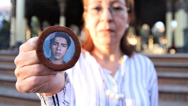 Ciudad de México. Ana Enamorado muestra la foto de su hijo Oscar López Enamorado quien salió de San Pedro Sula, Honduras, en 2008 y se comunicó por última vez en enero de 2010, desde Jalisco. - Sputnik Mundo