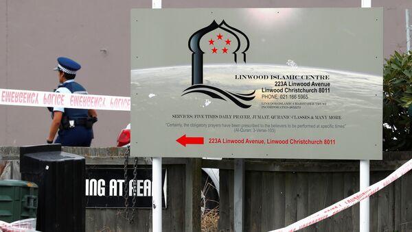 Un policía en el lugar del ataque a las mezquitas en Christchurch, Nueva Zelanda - Sputnik Mundo