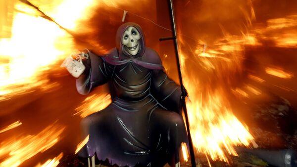 Сожжение фигуры на фестивале Фальяс в Испании - Sputnik Mundo