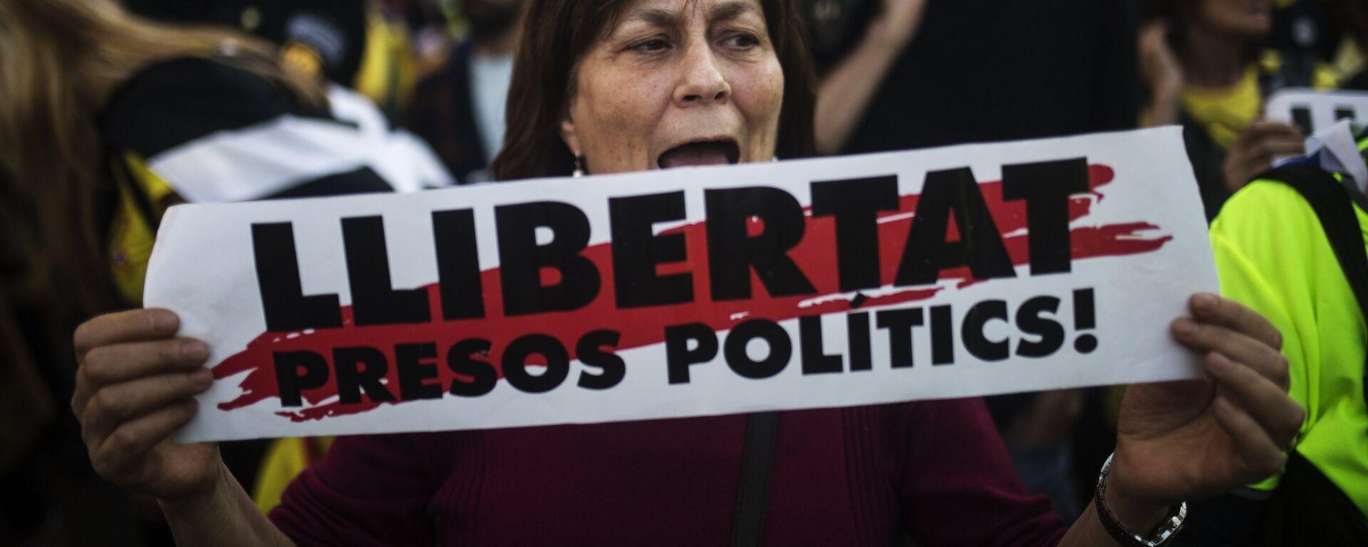 Una mujer con la pancarta a favor de libertad de presos independentistas catalanes - Sputnik Mundo, 1920, 21.06.2021