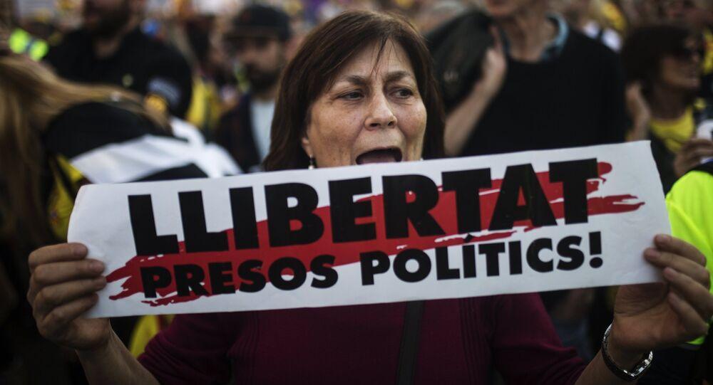 Una mujer con la pancarta a favor de libertad de presos independentistas catalanes