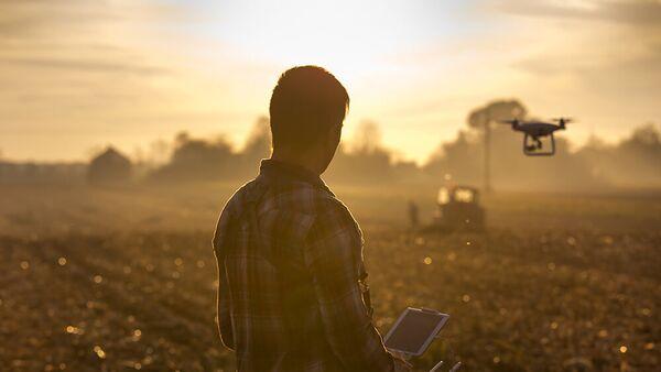 Un hombre lanzando un dron - Sputnik Mundo