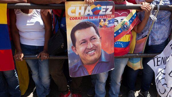 Partidarios de Nicolás Maduro con la imagen de Hugo Chávez - Sputnik Mundo