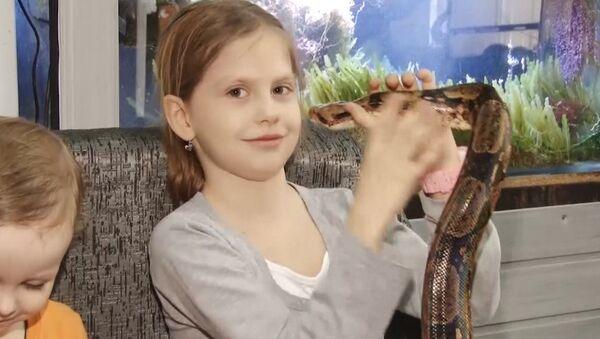 La rusa que cree que las serpientes curan el asma - Sputnik Mundo