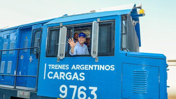 El presidente de Argentina, Mauricio Macri, a bordo de una locomotora - Sputnik Mundo