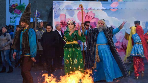 Una fogata de Novruz en Bakú, Azerbaiyán - Sputnik Mundo