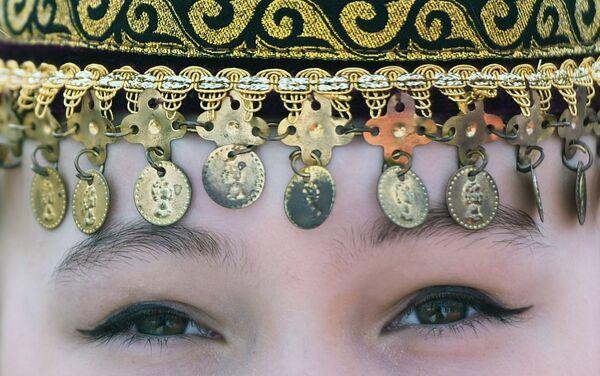 Una chica en un tocado tradicional de Tartaristán - Sputnik Mundo
