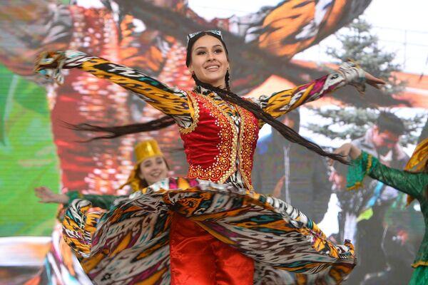 Una bailadora en un tocado tradicional de Tartaristán durante la celebración de Novruz en Kazán - Sputnik Mundo