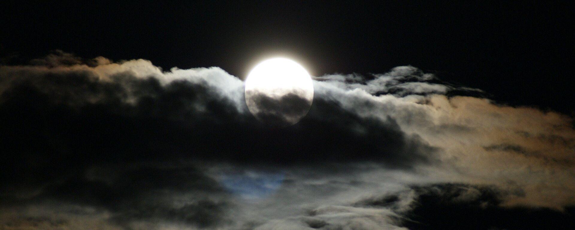 La luna entre las nubes - Sputnik Mundo, 1920, 26.04.2021