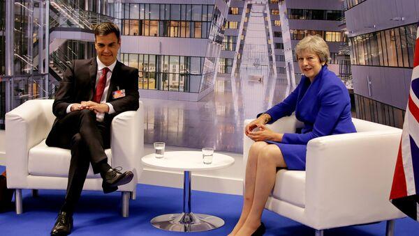 El presidente del Gobierno español, Pedro Sánchez, y la primera ministra británica, Theresa May - Sputnik Mundo