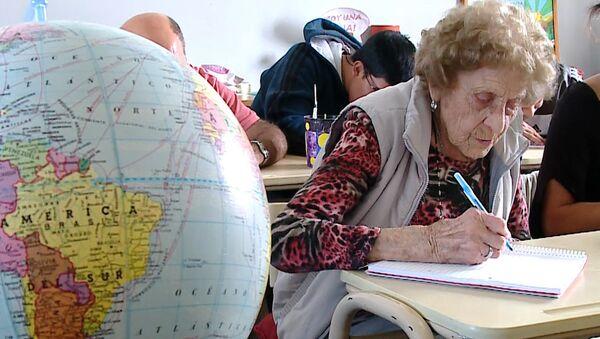 Una argentina de 99 años demuestra que nunca es tarde para estudiar - Sputnik Mundo