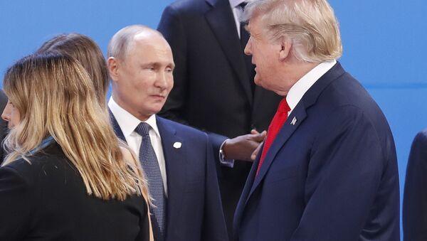Los presidentes de Rusia, Vladímir Putin (ctro.), y EEUU, Donald Trump (dcha.) - Sputnik Mundo