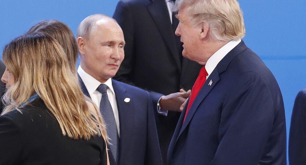 Los presidentes de Rusia, Vladímir Putin (ctro.), y EEUU, Donald Trump (dcha.)