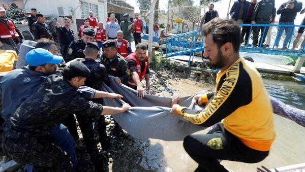 Rescate tras del hundimiento de un ferry en Mosul, Irak - Sputnik Mundo