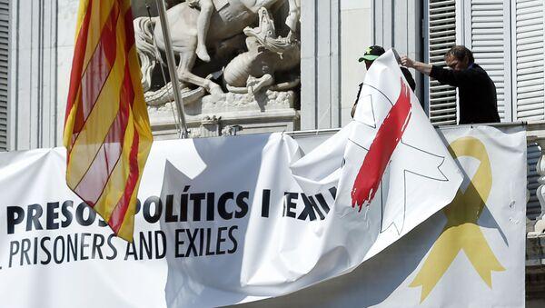 Retiran las pancartas, lazos y banderas independentistas colgadas en el Palau de la Generalitat en Cataluña, España - Sputnik Mundo