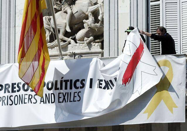 Retiran las pancartas, lazos y banderas independentistas colgadas en el Palau de la Generalitat en Cataluña, España