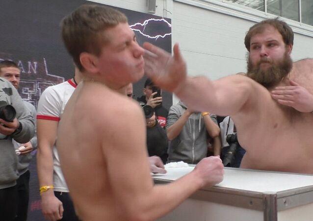 ¡En sus marcas, listos, abofetea! En Rusia celebran el primer concurso masculino de bofetadas
