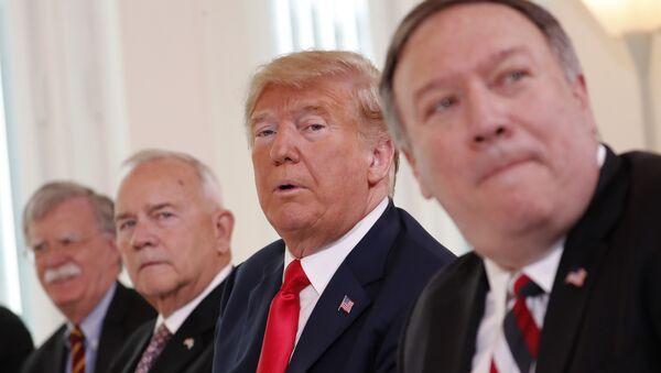Altos funcionarios de la Administración Trump, de izquierda a derecha: el asesor de seguridad, John Bolton; el embajador de EEUU en Finlandia, Robert Frank Pence; el presidente de EEUU Donald Trump; el secretario de estado, Mike Pompeo (archivo) - Sputnik Mundo