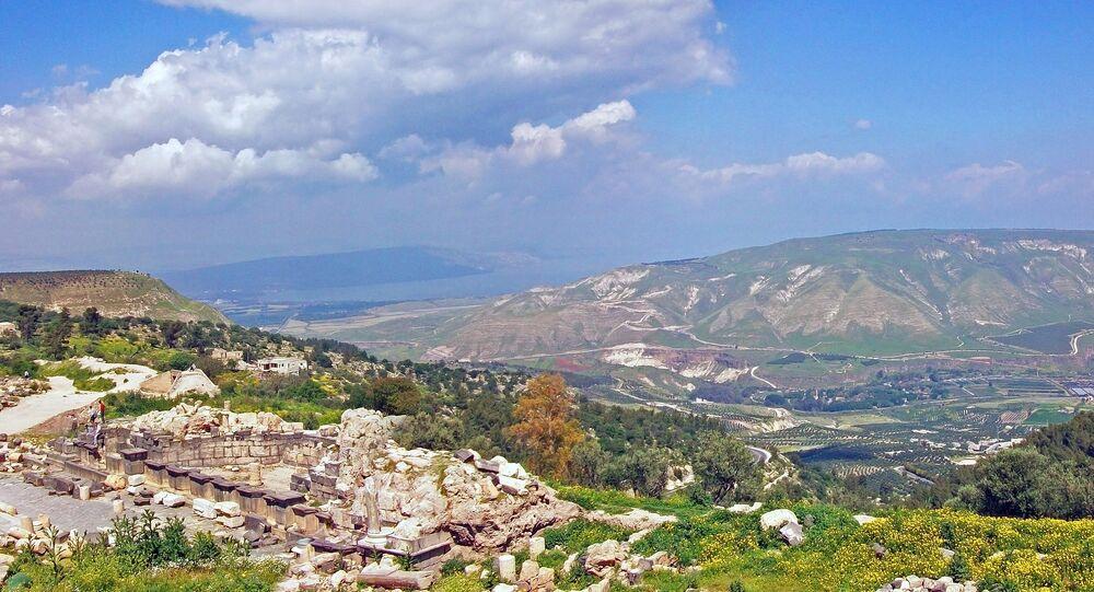 Una vista que se abre a los Altos del Golán desde las ruinas de una antigua ciudad situadas en Umm Qais (Jordania)