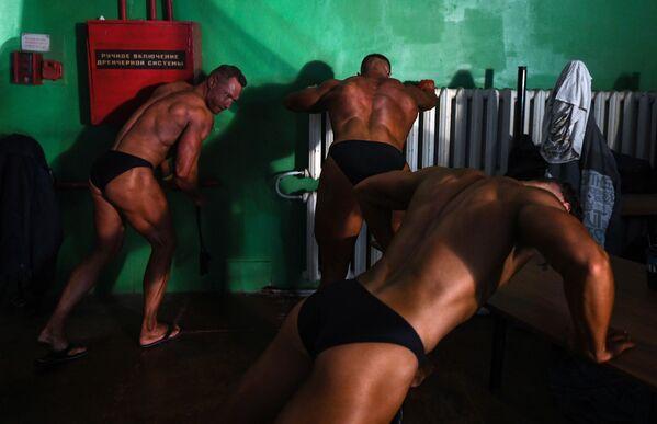 Mujeres y hombres siberianos miden fuerzas en un campeonato de culturismo - Sputnik Mundo