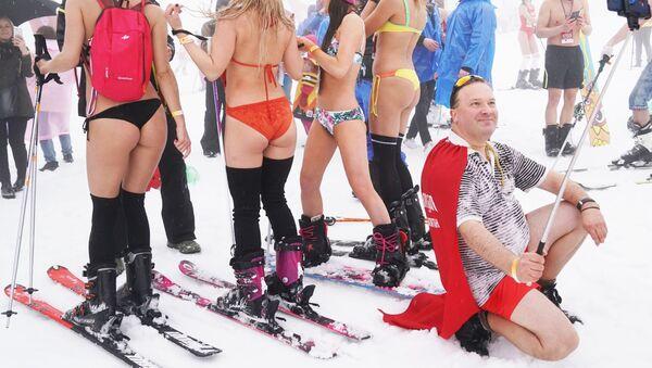 Las mejores fotos de la semana: un carnaval en bañadores, patinaje artístico y el concurso Miss Rusia - Sputnik Mundo