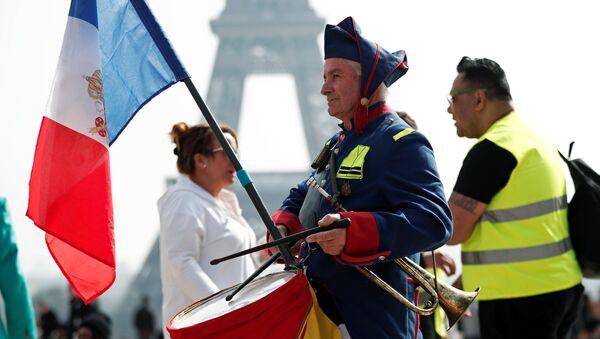 Hombre toca el tambor en la manifestación de los 'chalecos amarillos' en París - Sputnik Mundo