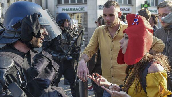 Una manifestante de los chalecos amarillos vestida de Marianne - Sputnik Mundo