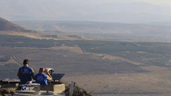 Inspectores de la ONU observan los Altos del Golán (archivo) - Sputnik Mundo
