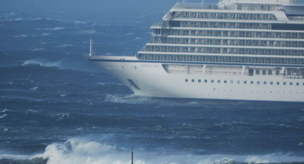 El crucero Viking Sky navega hacia tierra tras una avería del motor