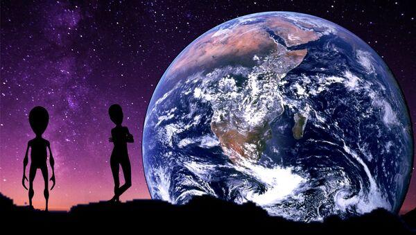 Unos extraterrestres con la Tierra de fondo (ilustración artística) - Sputnik Mundo
