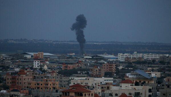 El humo tras el ataque de Israel en la Franja de Gaza - Sputnik Mundo