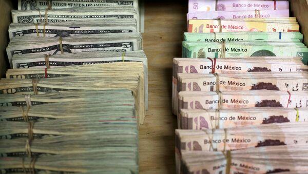Pesos mexicanos y dólares - Sputnik Mundo