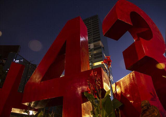 Antimonumento que recuerda la desaparición forzada de 43 estudiantes de Ayotzinapa en 2014