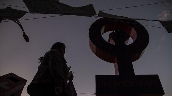 Antimonumenta que recuerda los feminicidios y la violencia de género en México.  - Sputnik Mundo