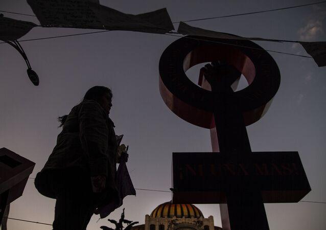 Antimonumenta que recuerda los feminicidios y la violencia de género en México.