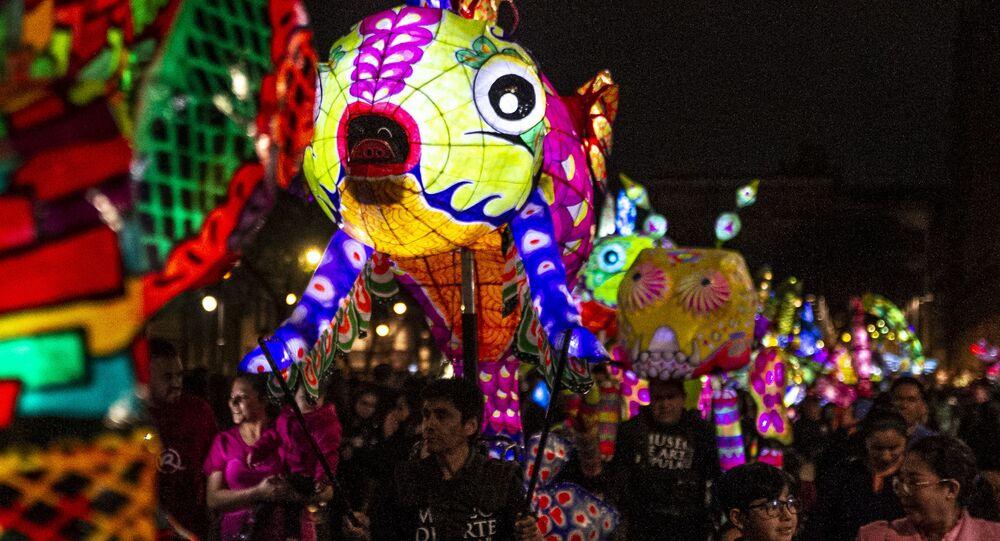 Desfile de alebrijes iluminados en el Zócalo de Ciudad de México