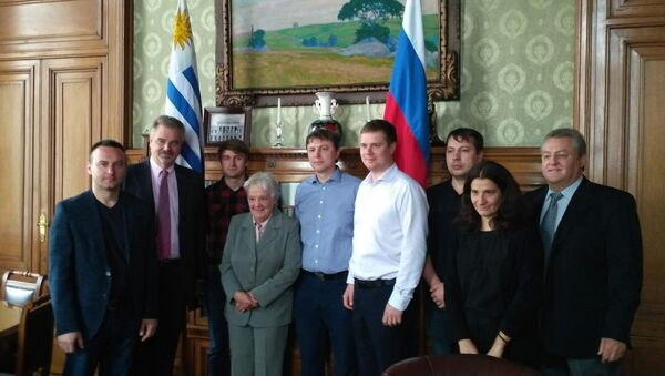 La vicepresidenta de Uruguay y presidenta del Senado, Lucía Topolansky con la delegación de expertos rusos - Sputnik Mundo