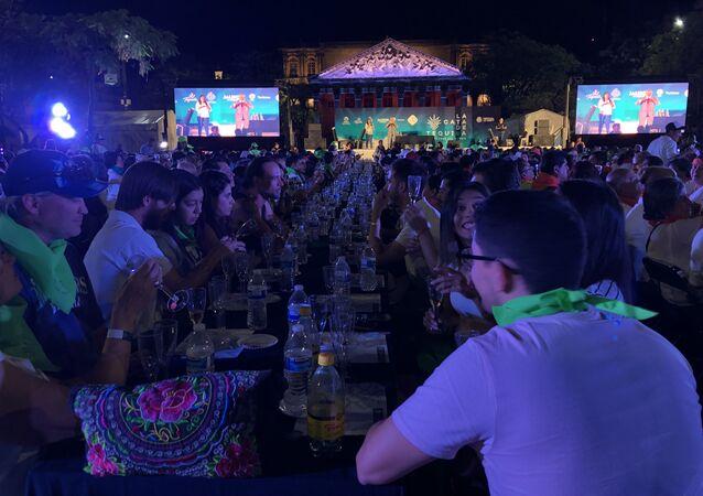Récord Guinness en la cata de tequila gratuita en la Plaza de la Liberación en Guadalajara