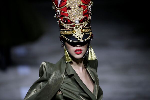 El estilo militar y la sensualidad se hacen un hueco en la Semana de la moda de Pekín - Sputnik Mundo