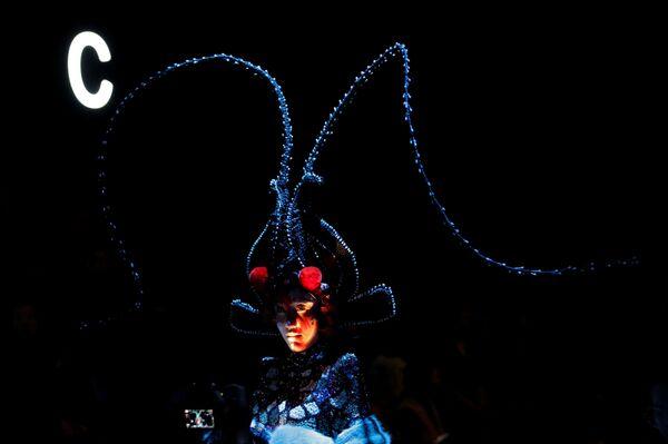 Модели представляют коллекцию Hu Sheguang на Неделе моды в Пекине - Sputnik Mundo
