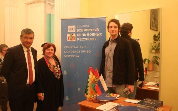 Hugo Villarroel Senzano (i), Svetlana Chumakova-Izmáilovskaya y Víctor Ternovsky - Sputnik Mundo