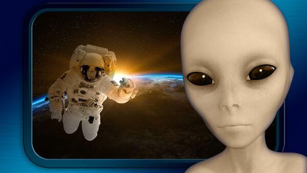 Un cosmonauta y un extraterrestre (ilustración artística) - Sputnik Mundo