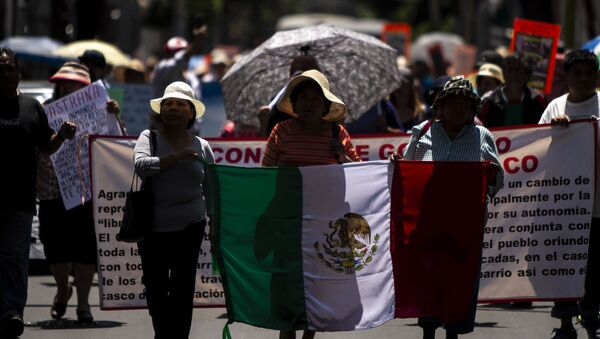 Manifestación de los 14 pueblos originarios de Xochimilco para exigir respeto a sus formas de gobierno, en la alcaldía. - Sputnik Mundo