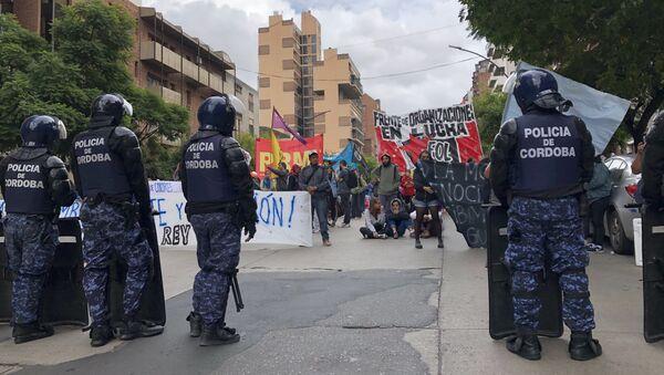Manifestación en Córdoba contra la presencia del rey de España, Felipe VI, y el presidente de Argentina, Mauricio Macri - Sputnik Mundo